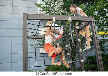 olhar, excitado, escalando, crianças, pátio recreio, ao ar livre