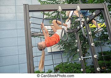 olhar, excitado, escalando, menina, pátio recreio, ao ar livre