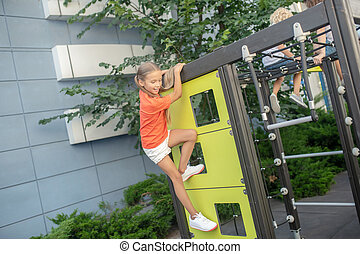 olhar, excitado, tocando, crianças, pátio recreio, ao ar livre