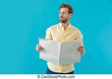 olhar, jornal, casual, homem, afastado, segurando, pensativo