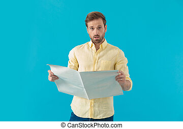 olhar, jornal, surpreendido, preocupado, casual, homem, segurando