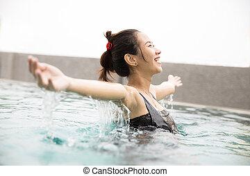 olhos bonitos, mulher, piscina, braços, asiático, fechado, tempo, desfrutando, abertos, feliz