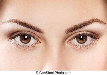 olhos marrons