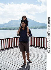ombros, seu, filha, pai, cima, carregar, asiático, fim