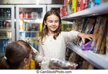 ordinário, mulher, menininha, comprando, doces