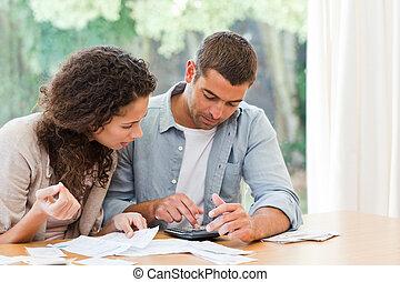 par, doméstico, seu, calculando, jovem, contas