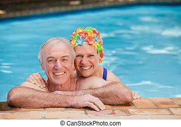 par, maduras, feliz, piscina
