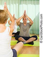 par, maduras, instrutor, prática, ioga