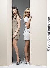 parede, theirselves, atrás de, atraente, mulheres, escondendo