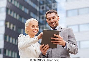 pc, sorrindo, homens negócios, tabuleta, ao ar livre