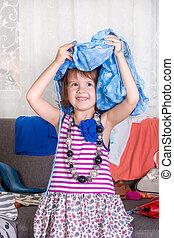 pequeno, alegria, wardrobe., clothes., lote, head., play., menina, vista, novo, roupas
