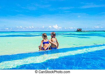 pequeno, ao ar livre, meninas, adorável, piscina, natação