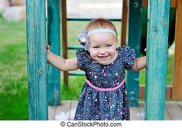 pequeno, ao ar livre, pátio recreio, escalando, menina, feliz