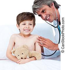 pequeno, assistindo, adorável, exame, menino, médico