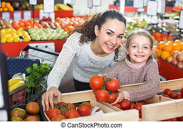 pequeno, comprando, mulher, tomates, menina