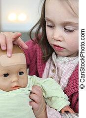 pequeno, dela, gesso, testa, pôr, menina bebê, boneca