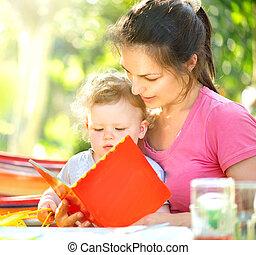 pequeno, dela, parque, ensolarado, livro, mãe, bebê, leitura, feliz