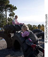 pequeno, escalando, pneumáticos, crianças