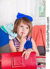 pequeno, escolher, dela, mãe, clothes., saco, lote, criança, wardrobe., novo, menina, vermelho, vista