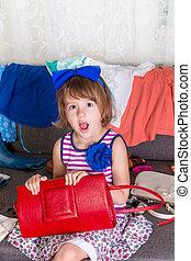 pequeno, escolher, dela, saco, mãe, clothes., wow., lote, criança, wardrobe., novo, menina, vermelho, vista