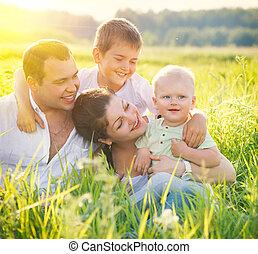 pequeno, família, jovem, alegre, filhos, ao ar livre, divertimento, tendo, feliz