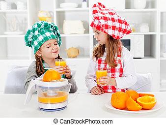 pequeno, feito, provando, meninas, cozinheiro, suco, eles, laranja