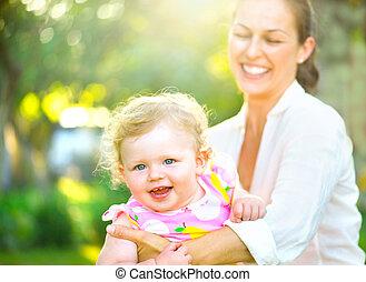 pequeno, filha, dela, ao ar livre, mãe, divertimento, tendo