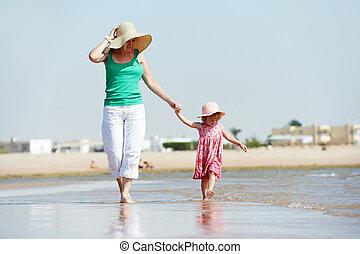 pequeno, mulher caminhando, mar, criança, praia