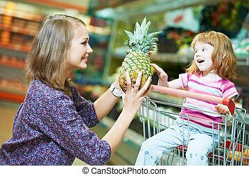 pequeno, shopping mulher, menina, frutas