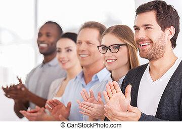 pessoas, alegre, fila, enquanto, alguém, grupo, aplaudindo, innovations., ficar, negócio, incorporado