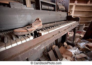 piano, sapato velho