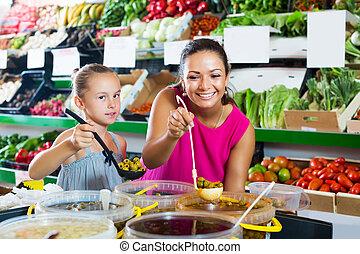 pickled, menina, mulher, comprando, azeitonas