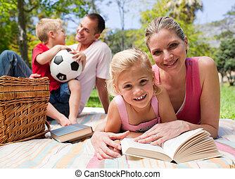 piquenique, desfrutando, família feliz, jovem