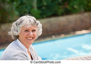 piscina, natação, mulher sorridente, ao lado