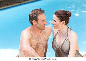 piscina, par, natação, ao lado