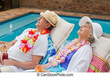 piscina, par, natação, dormir, aposentado, ao lado