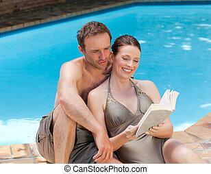 piscina, par, natação, livro leitura, ao lado