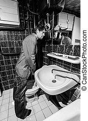 posição homem, uísque, bêbado, banheiro, garrafa