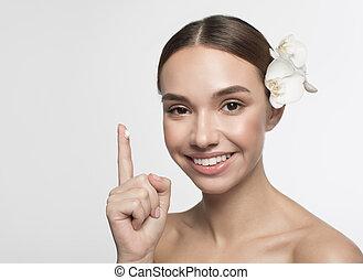 positivo, menina, aplicando, emulsão, rosto