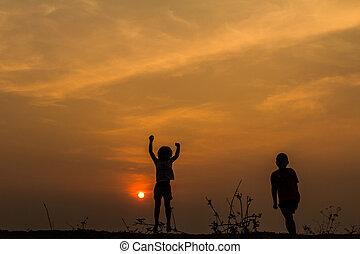 prado, grupo, silueta, pôr do sol, s, tocando, crianças, feliz
