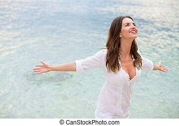 praia, braços, desfrutando, abertos, liberdade, dela, mulher relaxando