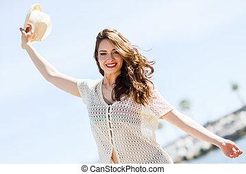praia., mulher, braços abertos, sorrindo