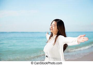 praia, olhos, mulher, braços, asiático, fim, desfrutando, abertos