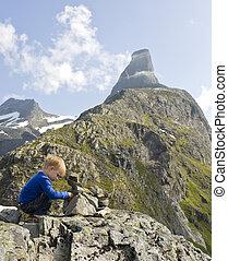 predios, menino, experiência., cairn, (3, topo, litjfjellet., anos, rauma, romsdalshorn, old), pequeno, norway.