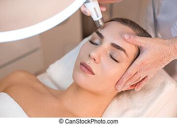 procedimento, rejuvenation, anti-envelhecimento, sofrendo, rosto, mulher, esteticista