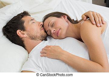 relaxado, par, junto, cama, dormir