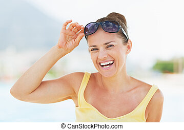 retrato, mulher sorridente, jovem, férias