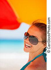 retrato, mulher sorridente, praia