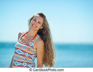 retrato, mulher sorridente, praia, jovem
