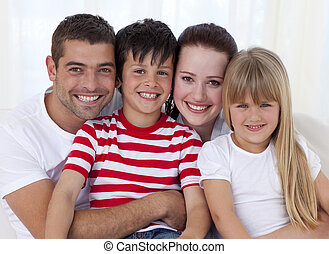 retrato, sofá, sorrindo, junto, família, sentando